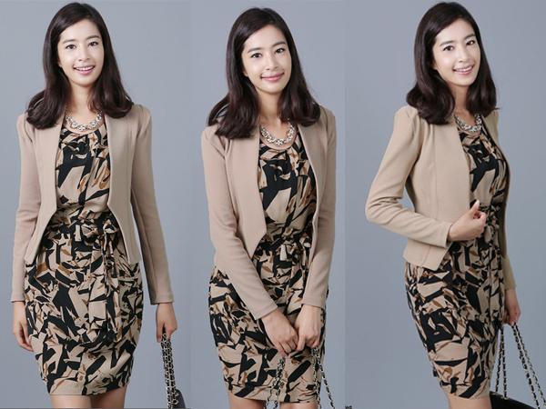 Kode: BC-9 Model pakaian: Blazer Stright Bahan : VERARI Pilihan warna: Semua Warna Tersedia Harga : Rp 270.000 / DP Rp100.000 Berat pakaian: 1 kg Ukuran: S,M,L,XL,XXL,dst ( lihat keterangan ukuran)
